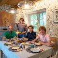Ümberehitusega tekitati mõnus sööginurk, kus pere einestab igal võimalusel üheskoos kenasti kaetud laua taga. Pildil Rein ja Marget Vatku koos kaksikute Aliisi ja Martiniga.