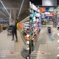 ВИДЕО   Таллиннцы возмущены: В Maxima подросток облился молоком и вылил на пол моющие средства