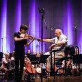 JUMALIK PUUDUTUS: Dirigent Neeme Järvi ja viiuldaja Daniel Lozakovich.