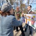 DELFI FOTOD ja VIDEO: Venemeelsete miitingule Tallinnas tuli vaid käputäis inimesi, vastusõnumit levitanud noorpoliitik sattus rahva pahameele alla