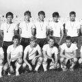 Lõvid on pärast esimest Helsinki Cupi triumfi kodus tagasi. Teiste hulgas poseerivad kuldmedaliga Mart Poom (tagareas vasakult esimene), Martin Reim (all paremalt kolmas) ja Indro Olumets (neljas). Karikat hoiab Toomas Kallaste, tema kõrval on liidu juunioride koondisse jõudnud Toomas Krõm.