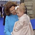 Silvia kaisutamas lapselast, printsess Estelie'i.