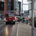"""ФОТО и ВИДЕО DELFI С МЕСТА ДТП   У """"Стокманна"""" произошла серьезная авария с участием фургона и легковушки. Пострадали двое"""