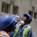 Juba 2015. aastal muutus rahvusvaheline pahameel Katari võõrtööliste tingimuste üle nii valjuks, et Katari valitsus organiseeris spetsiaalse meediatuuri. Pildil Nepali tööline, kes peab puhkepausi ja joob korralikult vett.
