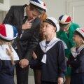Prantsuse lütseumi koolivormi eeskujuks on võetud sõjaeelse Eesti vabariigi aegne madrusevormist mõjutatud koolivorm. Vormimüts on Prantsuse lipu värvides tekkel.