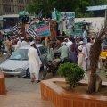 Inimesi on Karachi tänavatel alati palju. Kui keegi annab neile seal tänaval olemiseks väikseimagi põhjuse, on neil selle üle ainult hea meel.