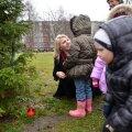 Linnaosavanem Karin Tammemägi asetas koos lastega esimese advendiküünla Karjamaa pargis jõulupuu alla.