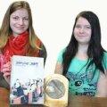 VPG noored Emili Õun ja Signe Rannamäe värskelt pärjatud raamatuga ja kirjandusauhinna medaliga. Foto: Hilje Pakkanen