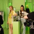 VAATA | Kaubamaja esitleb kevadmoodi glamuurse moesaatena, mida nautida kasvõi kodudiivanilt