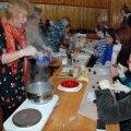 Uusi toite katsetama ollakse Lasva käsitööseltsis väga altid. Pildil valmistatakse trühvleid.