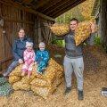 """""""Meie majandame siin Läänemaal omal jõul ja tahame kartulikasvatust veelgi laiendada,"""" teatab kartulikasvatajast Künka talu peremees Veiko Lätt. Pildil koos abikaasa Jane, tütar Elise ja poeg Rasmusega."""
