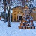 Haljala koolipere ehitas jõulupuu vanadest laudadest-toolidest