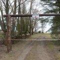 Pärnu lahe rannikul Audru vallas Marksa külas on maaomanik püstitanud valla omandis olevale teele väravad koos keelumärgiga, tõkestades nii juurdepääsu kallasrajale.