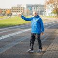Tõnu Vaher osutab kohale, kust pühapäeval antakse Saaremaa kolme päeva jooksu kolmanda etapi start.