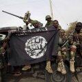 Nigeeria sõdurid näitavad Damaski linnast leitud Boko Harami lippu.