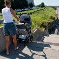 Задержали и отправили протрезвляться: вдрызг пьяная мама выгуливала в коляске ребенка