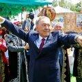 RAHVA ISA: 78aastane Nazarbajev on klassikaline self-made-man, kes töötas noorpõlves aastaid metallurgiakombinaadis lihtsa töölisena. 2015. aastal valiti ta viiendat korda riigi presidendiks 97,75protsendilise toetusega. Mees Arnold Rüütli põlvkonnast ja maailmast.