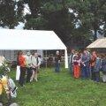 Augusti lõpus toimusid Vandjala külaplatsil Kostivere mõisamängud. Fotol on vasakul pool külalised ning paremal Vandjala ja Kostiranna võist - konnad. Foto: Tiia Välk