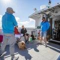 Üheksa aastat Saaremaa ja Abruka vahel sõitnud Kaupo Heinlaid (paremal) hoiab parvlaev Abrol korra majas. Üle 24 reisija ta pardale ei võta.