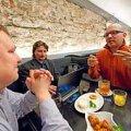 KAKS KÕVA KIVI: Sergei Stadnikovi (vasakul) ja Juku-Kalle Raidi (paremal) emotsionaalset väitlust üritab Kuku klubis ohjata Askur Alas. Vallo Kruuser