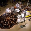 Lockheed Martini eksperdid InSighti seadmeid ühendamas. Foto: NASA/JPL-Caltech/Lockheed Martin