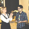 """Kostivere kultuurimõisa juhataja Irina Pärila kinkimas noorsootöötaja João Mendonçale mälestuseks klaasist linnukest, kuhu peale kirjutatud """"tegija"""". Foto: Martin Rits"""