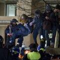 Viimased protestijad püüavad säilitada tasakaalu, kui kohtutäiturid alustavad nende eemaldamist.