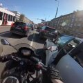VIDEO | Otsusta ise: kas taksojuht proovis mootorratturit uksega pikali koksata või otsis maha kukkunud telefoni?