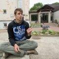 Narva eesti gümnaasiumi õpilane Jevgeni Balujev leiab, et seda kooli on vaja, sest ka vene keelt  emakeelena kasutavatel inimestel peaks olema võimalus eesti keel selgeks õppida.
