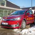 Kuressaare ametikooli sõiduõpetaja Peeter Põldma ja sõiduõpilane Kaija Pilden äsja saabunud Toyota Corollaga masina esimesse tundi suundumas.