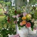 Koduse roosiaia õitest lilleseade.