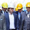 Mark Berman (keskel) näitas Klaipedas koos isa Fjodor Bermaniga (vasakul) president Ilvesele BLRT laevaehitustehast ja -remonditehast.