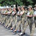 Женщины-военнослужащие Украины готовятся к параду
