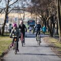 Nõudlus korralike rattateede järele kasvab Tallinnas pidevalt, ent linn ei plaani terviklikku rattavõrku ehitada. Seevastu ehitatakse ootamatult uusi ja ajutisi. Mere puiesteele rajatud rattatee on veel märgistamatagi, mistõttu liigeldakse seal mõlemal kergliiklusteel nii rattaga kui ka jalgsi.