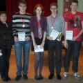 Märjamaa gümnaasiumi võiduka malevõistkonna liikmed Madis Roosioks, Helina Soomre, Karl Niinemets ja Silver Kaugemaa koos kohtunike Laine Roki ja Jaan Sulega.