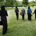 Teismelised jalutavad Londoni pargis.