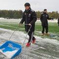 Keskväljaaju Hidetoshi Wakui lükkab Hiiu staadioni lumest puhtaks.