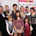 Kogu tiim koos: ees kasulaps Jaan (9), kasulaps Nastja (11) ja Janeli (8), taga isa Aavo, süles Juhan (2), Janar (18), ema Õie, ema süles kasulaps Jelisaveta (4), Jane (16). Foto: Arno Saar