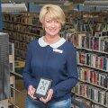 Полки книжных магазинов не пустеют, а библиотеки не закрываются: кто и что читает в Эстонии?