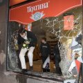 PRONKSiÖÖ PANI PÕNTSU: 26. aprillil 2007 rüüstas märatsev rahvamass ka Aruorgude firmale kuulunud alkoholipoe Tallinnas Pärnu maanteel. Röövleid ei häirinud isegi pildistamine.