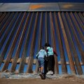 Praeguna barjäär Ciudad Juarezi linnas meelitab USA poolele piiri kiikama.