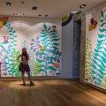Okeiko ja tema loodud kaks suurt värvilist seina. Nende teoste eluiga on võrdne näituse elueaga. Kui see kinni läheb, värvitakse seinad taas valgeks.