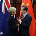 Austraalia välisminister Julie Bishop surumas kätt Hiina kolleegi Wang Yi'ga tänavu veebruaris Pekingis.