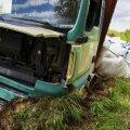 Viljandimaal sõitis veok kraavi rehvi lõhkemise tõttu