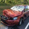 FOTOD: Perekonda vedanud Škodale kukkus keset sõitu Tallinna-Tartu maanteel puu peale ning lömastas masina