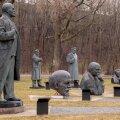 Punakujude surnuaed Maarjamäel. Stalini kuju võeti maha 1957. aastal, praeguse välisministeeriumi ees seisnud Lenin 1991. aastal.
