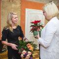 Kristiina Maripuud õnnitleb abivallavanem Marili Niits, kelle alluvusse kuuluvas osakonnas Maripuu varem töötas.
