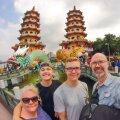 Anu ja Bo poegadega Kaohsiungi Draakoni ja Tiigri templi ees.