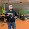 """Biorobootika keskuse nooremteaduri Gert Tominga käes sipleb keskuse akvaariumis """"välja treenitud"""" robotkala, millelt ilmselt uue kalapääsude uurimiseks mõeldud tehiskala meisterdamisel šnitti võetakse."""
