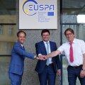 Родриго да Кошта (слева), директор нового агентства Евросоюза, на открытии EUSPA